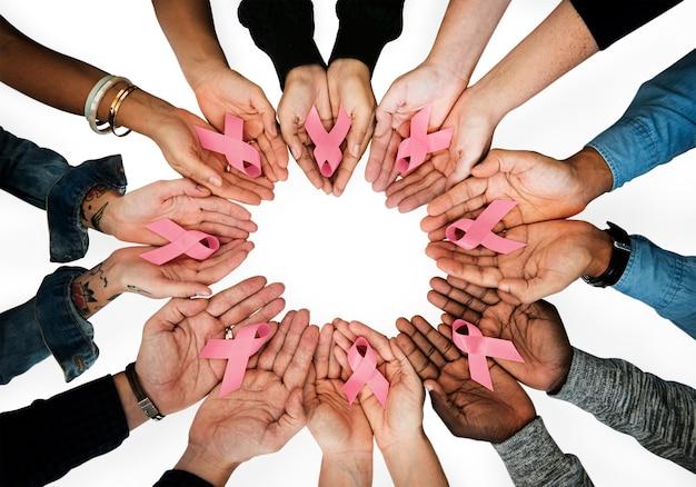 Femmes tenant des rubans de sensibilisation au cancer du sein PSD Premium