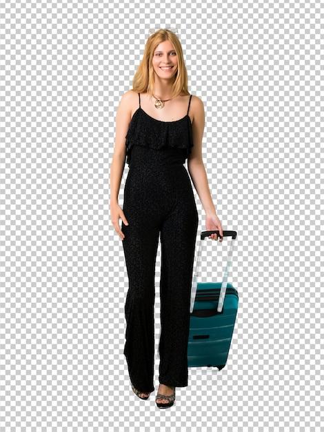 Fille blonde voyageant avec sa valise à pied. geste geste. PSD Premium