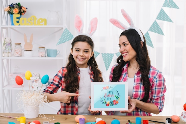 Fille Et Mère Avec Une Maquette De Tablette Le Jour De Pâques Psd gratuit