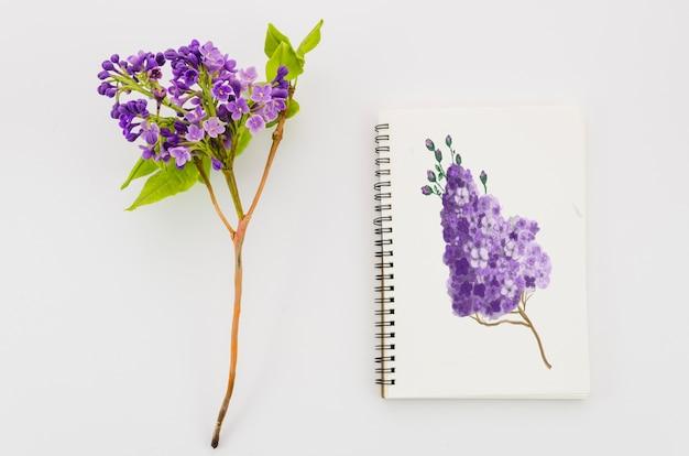 Fleur Avec De La Peinture Réaliste Sur Un Cahier Psd gratuit