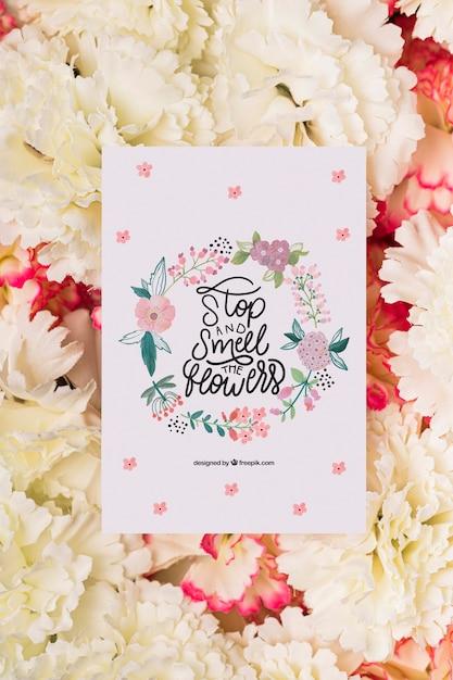Fleurs De Fleurs Avec Carte De Message Sur Le Dessus Psd gratuit