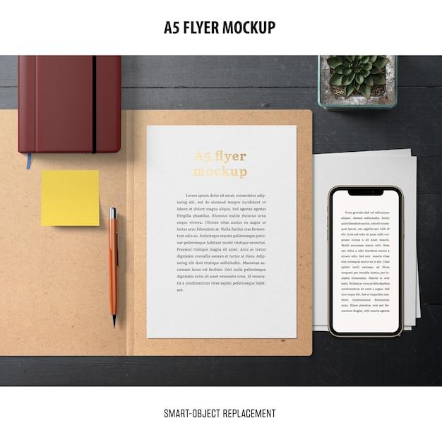 Flyer Mockup Dans Un Bureau Psd gratuit