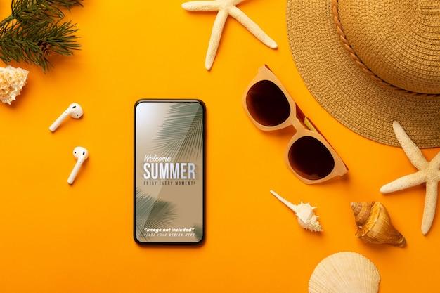 Fond D'été Avec Modèle De Maquette De Téléphone Et Accessoires De Plage Sur Orange Vif PSD Premium