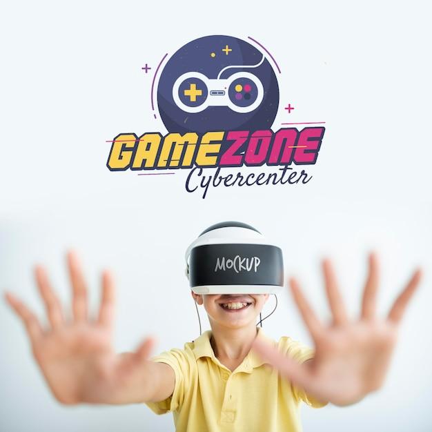 Garçon Jouant Des Maquettes De Jeux Psd gratuit