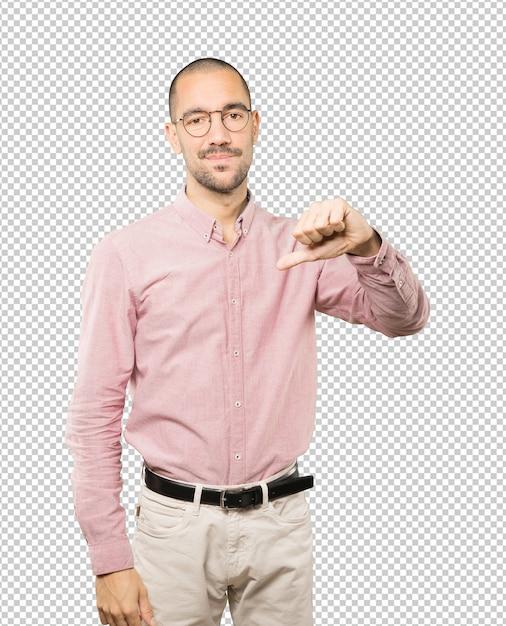 Grave Jeune Homme Faisant Un Geste De Défait PSD Premium