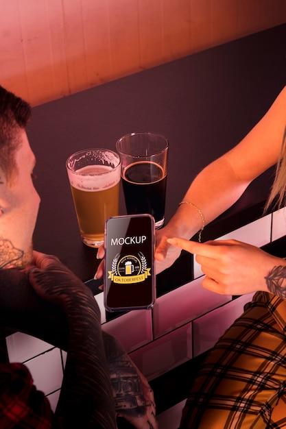 Gros plan des gens avec smartphone et bière Psd gratuit