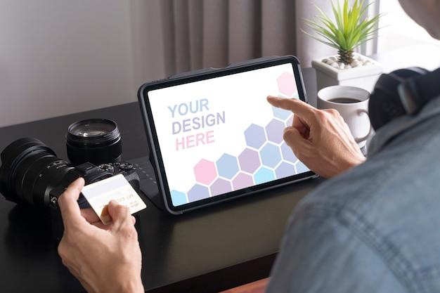 Gros Plan Sur L'homme Payant En Ligne Sur La Maquette De La Tablette PSD Premium