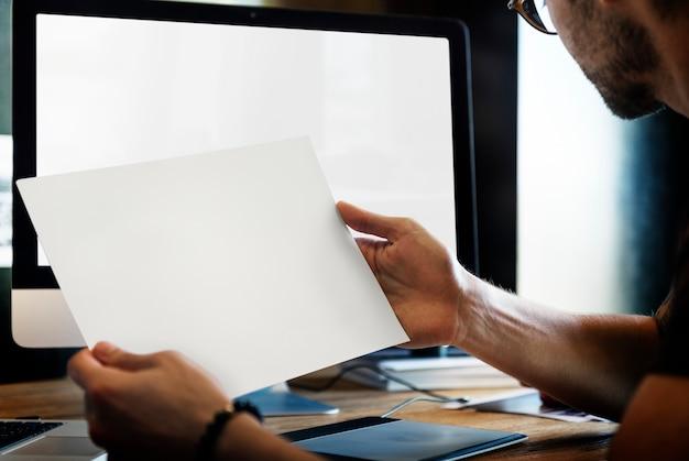 Gros plan des mains montrant la photo de paysage vue Psd gratuit