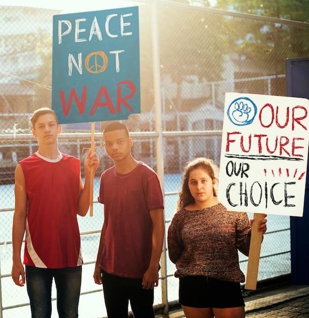 Groupe D'adolescents Protestant Contre La Manifestation Tenant Des Affiches Concept De Paix Anti-guerre Justice PSD Premium