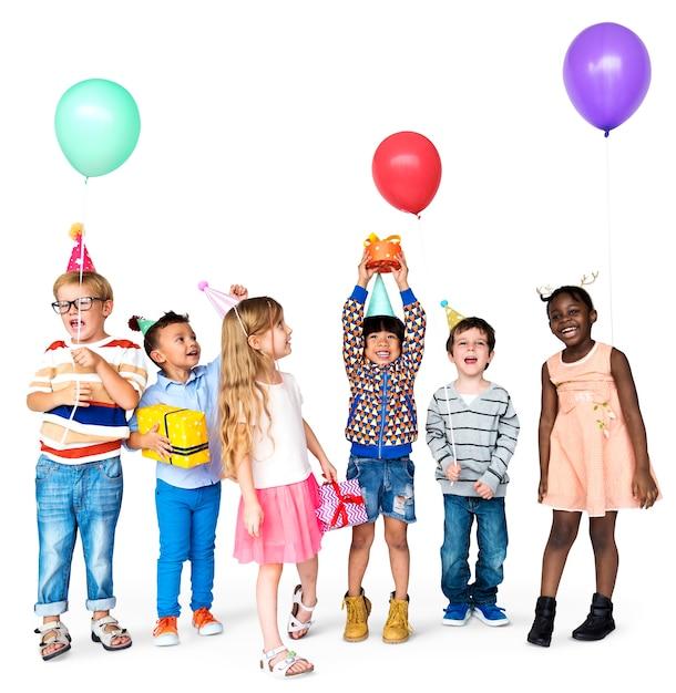 Groupe d'enfants joyeux jouant et s'amusant PSD Premium