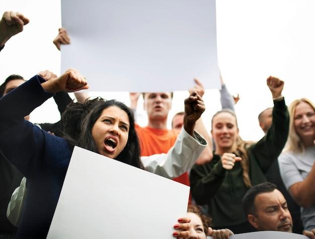 Un Groupe De Militants En Colère Proteste PSD Premium
