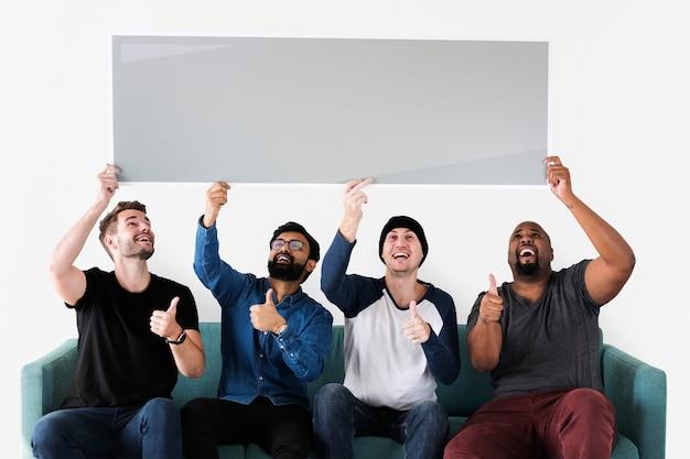 Groupe de personnes diverses avec bannière vierge PSD Premium