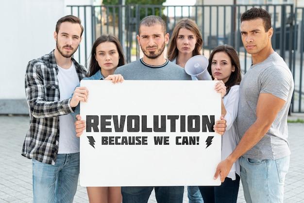 Groupe De Personnes Qui Protestent Ensemble Psd gratuit