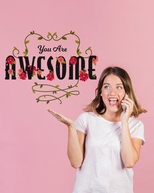 Heureuse Femme Parlant Au Téléphone à Côté De La Citation Positive Psd gratuit