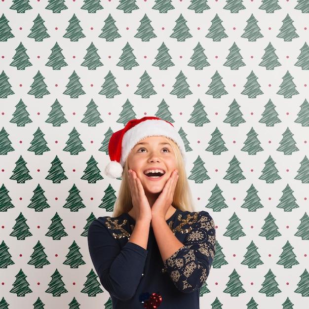 Heureuse Jeune Fille Coiffée D'un Chapeau De Père Noël Psd gratuit