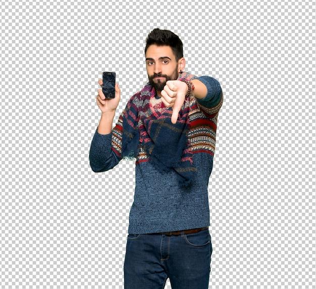 Hippie homme avec smartphone tenant brisé PSD Premium