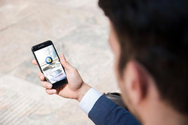 Homme D'affaires à L'aide De La Maquette De Smartphone Psd gratuit
