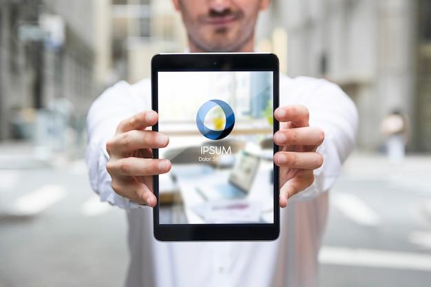 Homme d'affaires à l'aide de la maquette de tablette Psd gratuit