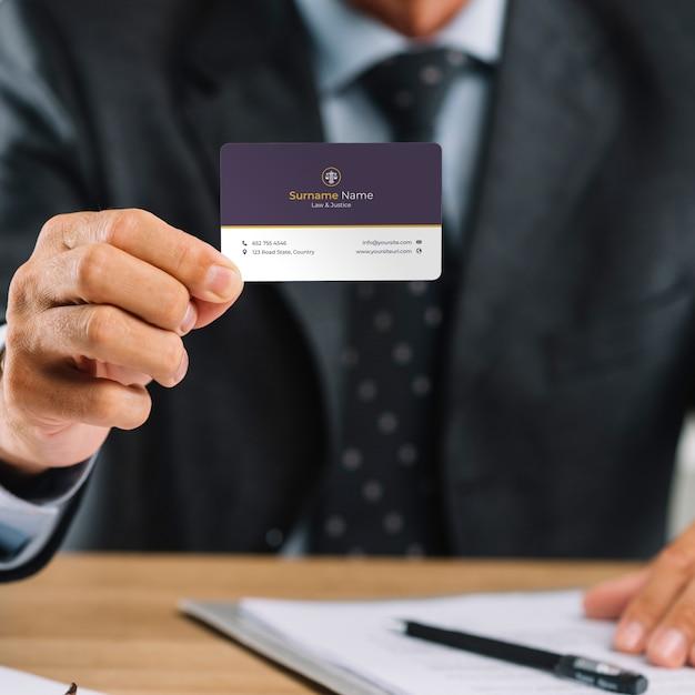 Homme d'affaires élégant présentant une carte de visite mocku Psd gratuit