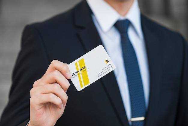 Homme d'affaires avec la maquette de la carte de visite Psd gratuit