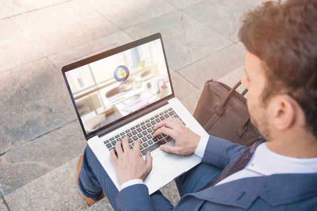 Homme affaires, utilisation, ordinateur portable, maquette Psd gratuit