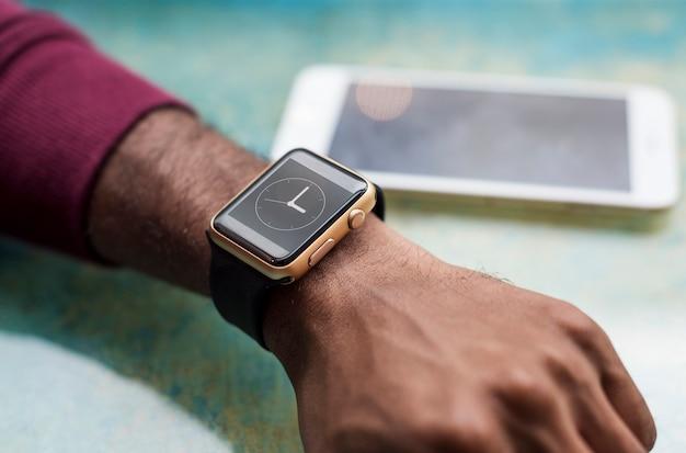Homme africain portant une smartwatch Psd gratuit