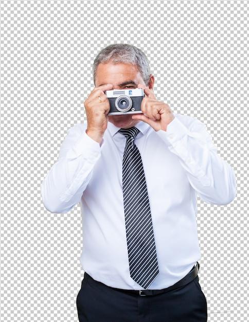 Homme d'âge mûr prenant des photos PSD Premium