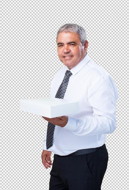 Homme d'âge mûr tenant une boîte blanche PSD Premium
