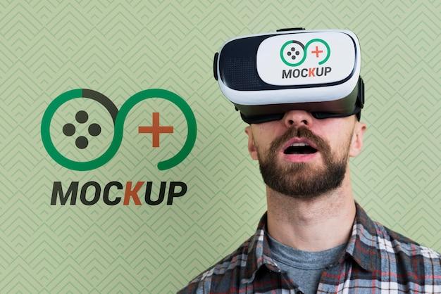 Homme à L'aide D'une Maquette De Casque De Réalité Virtuelle Psd gratuit