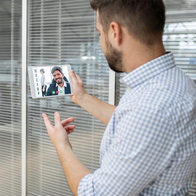 Homme Ayant Une Vidéoconférence Au Travail Psd gratuit