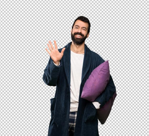 Homme à la barbe en pyjama comptant cinq avec les doigts PSD Premium