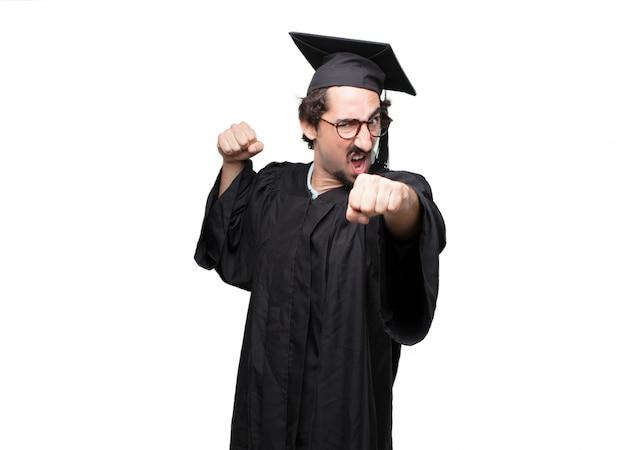 Homme barbu diplômé croisant les doigts souhaitant de la chance, avec une expression d'espoir, impatient et excité PSD Premium