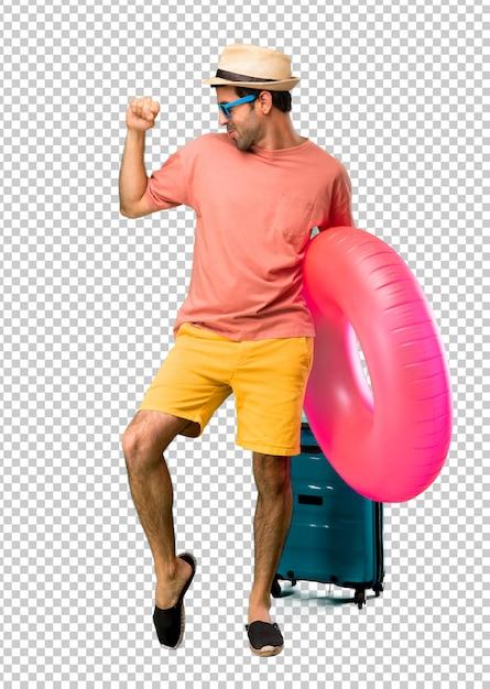 Homme avec chapeau et lunettes de soleil pendant ses vacances d'été, profitez de la danse tout en écoutant de la musique lors d'une fête PSD Premium