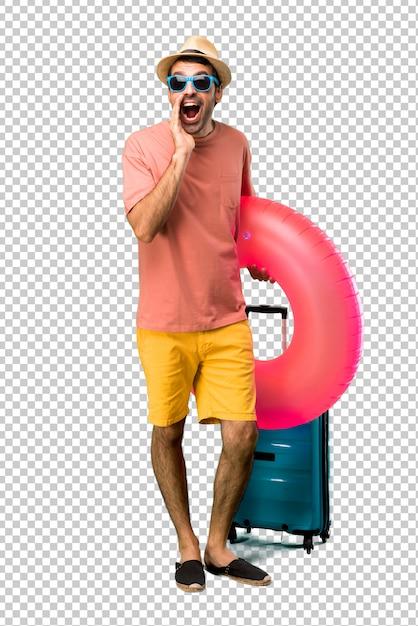 Homme avec chapeau et lunettes de soleil sur ses vacances d'été criant avec la bouche grande ouverte et annonçant quelque chose PSD Premium