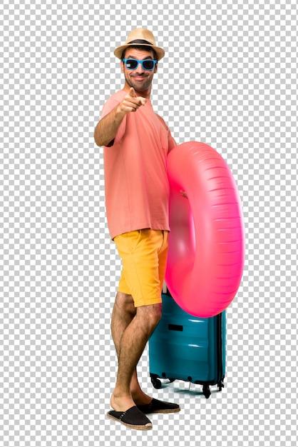 Homme avec chapeau et lunettes de soleil sur ses vacances d'été pointe le doigt vers vous avec une expression confiante PSD Premium
