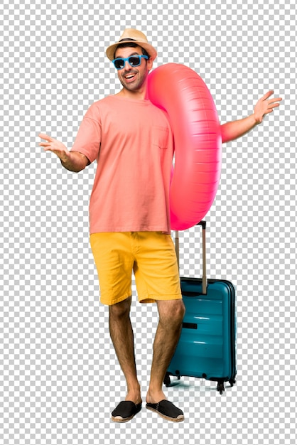 Homme avec chapeau et lunettes de soleil sur ses vacances d'été, présentant et invitant à venir avec la main. heureux que tu sois venu PSD Premium