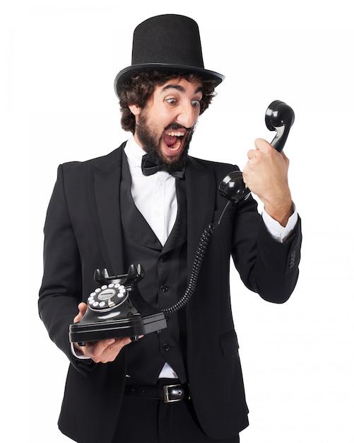 Homme élégant Crier à Un Vieux Téléphone Psd gratuit
