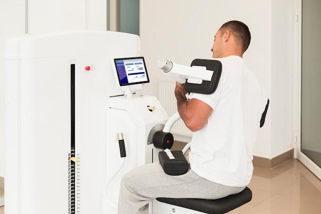 Homme Faisant Des Exercices Médicaux Dans Une Clinique Psd gratuit
