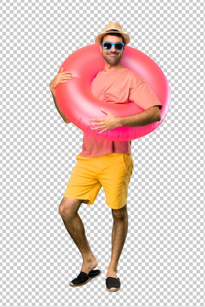Homme heureux avec chapeau et des lunettes de soleil sur ses vacances d'été PSD Premium