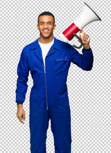 Homme jeune travailleur américain afro tenant un mégaphone PSD Premium
