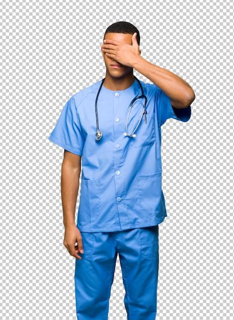 Homme Médecin Chirurgien Couvrant Les Yeux à La Main. Je Ne Veux Pas Voir Quelque Chose PSD Premium