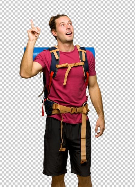 Homme de randonnée avec sac à dos de montagne ayant l'intention de réaliser la solution tout en levant le doigt PSD Premium