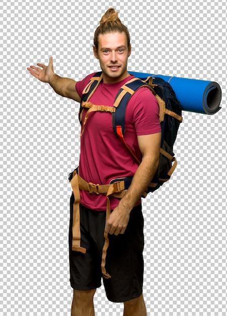 Homme de randonneur avec sac à dos de montagne pointant en arrière et présentant un produit PSD Premium