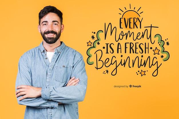 Homme souriant, debout à côté d'une citation positive Psd gratuit