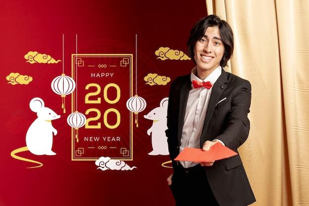 Homme Tenant Des Cartes De Voeux Pour Le Nouvel An Psd gratuit