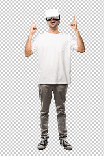 Homme utilisant des lunettes de réalité virtuelle pointant avec l'index une excellente idée et levant les yeux PSD Premium