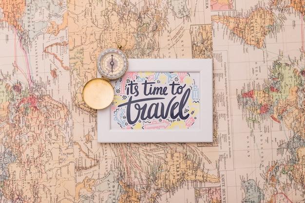 Il est temps de voyager, lettrage sur cadre sur la carte du monde Psd gratuit