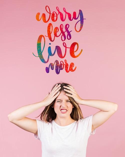 Inquiet jeune femme avec une citation de motivation au-dessus de sa tête Psd gratuit