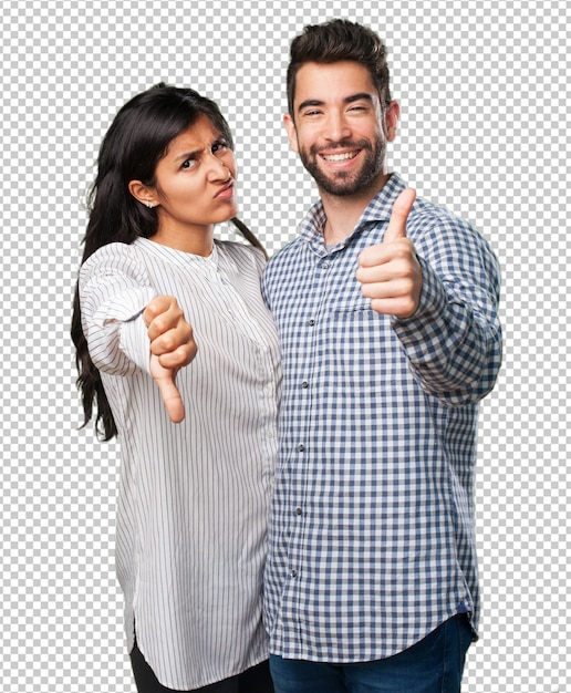 Jeune couple faisant un symbole contradictoire PSD Premium