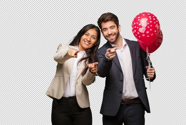 Jeune couple, saint valentin, gai, sourire PSD Premium